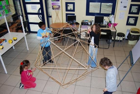Les enfants de l'atelier exploration mathématique sont en pleine construction d'un icosaèdre...